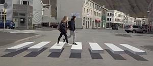 トリックアートで浮き上がって見える横断歩道