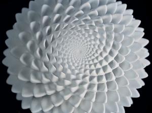 高速回転で花びらが動いているように見える3Dプリント彫刻