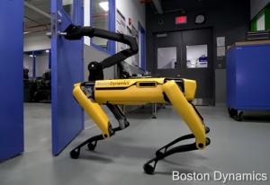 ボストンダイナミクスのドアを開けるロボット