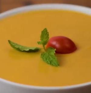 スープに乗せるバジルやミニトマトが沈まないようにする