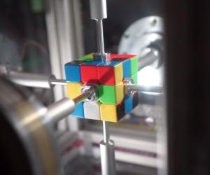 世界最速0.38秒でルービックキューブを解く装置